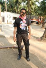 Deepraj Rana On location of Gun Pe Done in Madh on 8th Dec 2014 (18)_5486bb115f28a.JPG