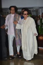 Dilip Kumar with Saira Banu snapped as he gets discharged from hospital in Mumbai on 11th Dec 2014 (80)_548aac1f7a274.JPG