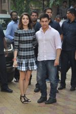 Anushka Sharma, Aamir Khan at PK game launch in Reliance Digital, Mumbai on 12th Dec 2014  (197)_548c25587ac12.JPG