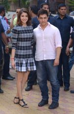 Anushka Sharma, Aamir Khan at PK game launch in Reliance Digital, Mumbai on 12th Dec 2014  (217)_548c2560ecca4.JPG