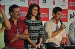 Anushka Sharma, Aamir Khan, Rajkumar Hirani at PK game launch in Reliance Digital, Mumbai on 12th Dec 2014  (169)_548c2562cbfe2.JPG