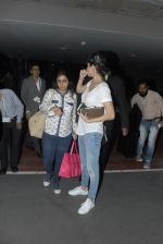 Anushka Sharma return from Dubai in Mumbai Airport on 16th Dec 2014 (21)_549132782f2cf.JPG