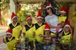Shriya Saran spreads christmas joy with Access Life NGO Kids in Chembur, Mumbai on 23rd Dec 2014 (13)_549a8c7170420.JPG