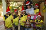 Shriya Saran spreads christmas joy with Access Life NGO Kids in Chembur, Mumbai on 23rd Dec 2014 (14)_549a8c725dd0c.JPG