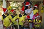 Shriya Saran spreads christmas joy with Access Life NGO Kids in Chembur, Mumbai on 23rd Dec 2014 (15)_549a8c733824a.JPG
