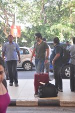Arjun Kapoor snapped at the airport on 27th Dec 2014 (14)_549fc99b0bd38.JPG