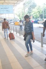 Sonakshi Sinha snapped at the airport on 27th Dec 2014 (34)_549fc9ca0b7c9.JPG