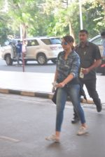 Sonakshi Sinha snapped at the airport on 27th Dec 2014 (57)_549fc9c926e14.JPG