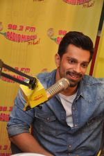 Karan Singh Grover at Radio Mirchi Mumbai studio for the promotion of Alone in Mumbai on 29th Dec 2014 (7)_54a269c9534fd.JPG
