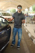 Karan Singh Grover snapped at airport on 3rd Jan 2015 (12)_54a942308ce58.JPG