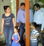 Sanjay Dutt snapped with wife Maanyata Dutt, son Shahraan Dutt, daughter Iqraa Dutt leaving for Yerwada Jail after finishing his furlough in Mumbai on 8th Jan _54af8dfa50dfa.jpg