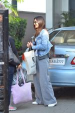 Vaani Kapoor leave for Saifai Maha Utsav Fest in Mumbai on 8th Jan 2015 (51)_54af8edd37216.JPG