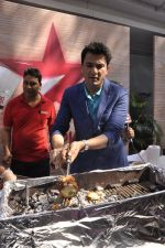 Vikas Khanna  at Star Plus launches new season of Master Chef in Mahalaxmi, Mumbai on 9th Jan 2015 (33)_54b15618384d9.JPG