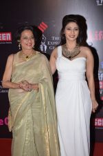 Tanisha Mukherjee, Tanuja at Life Ok Screen Awards red carpet in Mumbai on 14th Jan 2015(426)_54b7ef27bd18c.JPG