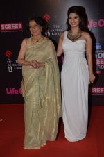 Tanisha Mukherjee, Tanuja at Life Ok Screen Awards red carpet in Mumbai on 14th Jan 2015(429)_54b7ef2fe1c77.JPG