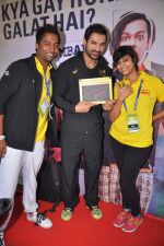 John Abraham at Radio Mirchi booth during Mumbai Marathon in 18th Jan 2015 (9)_54bdf64e42faf.JPG