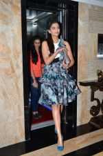 Sonam Kapoor snapped in Juhu, Mumbai on 19th Jan 2015 (12)_54bdf5081ec4d.JPG