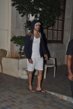 Varun Dhawan snapped in Bandra, Mumbai on 24th Jan 2015 (32)_54c4ba5972924.JPG