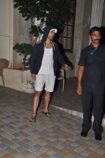 Varun Dhawan snapped in Bandra, Mumbai on 24th Jan 2015 (34)_54c4ba5e81537.JPG