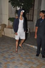 Varun Dhawan snapped in Bandra, Mumbai on 24th Jan 2015 (35)_54c4ba60a7328.JPG