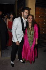 Soni Razdan, Varun Dhawan at Filmfare Awards 2015 Arrival on 31st Jan 2015 (143)_54ce31e207303.JPG