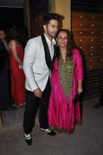 Soni Razdan, Varun Dhawan at Filmfare Awards 2015 Arrival on 31st Jan 2015 (145)_54ce31eb40411.JPG