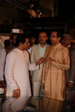 Uddhav Thackeray at Designer Manali Jagtap_s Wedding Reception in Mumbai on 11th Feb 2015 (88)_54dc63b1c643e.jpg
