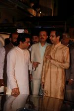 Uddhav Thackeray at Designer Manali Jagtap_s Wedding Reception in Mumbai on 11th Feb 2015 (86)_54dc63aff09be.jpg