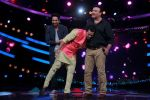 Ayushmann Khurrana, Anu Malik, Aditya Narayan on the sets of Lil Champs in Famous on 24th Feb 2015 (53)_54ed712676629.JPG