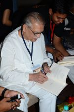 Gulzar at the launch of script writer Javed Siddiqui_s book Gulzar Pluto in Mumbai on 1st Feb 2015(76)_54f45d2f21bd0.JPG