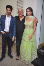Mahesh Bhatt, Sara Loren, Taaha Shah at mahesh Bhatt launches Zahara productions Barkhaa Trailor on 5th March 2015 (11)_54f9a337f1d84.JPG
