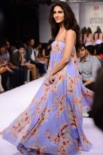 Vaani Kapoor walks the ramp for Sailex Show at Lakme Fashion Week 2015 Day 1 on 18th March 2015 (9)_550aaaef49bd9.JPG