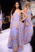 Vaani Kapoor walks the ramp for Sailex Show at Lakme Fashion Week 2015 Day 1 on 18th March 2015 (2)_550aaade5d7e2.JPG