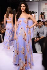 Vaani Kapoor walks the ramp for Sailex Show at Lakme Fashion Week 2015 Day 1 on 18th March 2015 (3)_550aaae077862.JPG