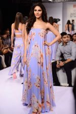 Vaani Kapoor walks the ramp for Sailex Show at Lakme Fashion Week 2015 Day 1 on 18th March 2015 (4)_550aaae43922b.JPG