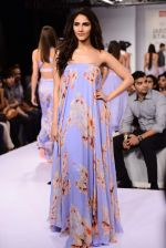 Vaani Kapoor walks the ramp for Sailex Show at Lakme Fashion Week 2015 Day 1 on 18th March 2015 (5)_550aaae69bcb1.JPG