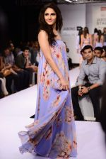 Vaani Kapoor walks the ramp for Sailex Show at Lakme Fashion Week 2015 Day 1 on 18th March 2015 (7)_550aaae9dbc7f.JPG