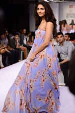 Vaani Kapoor walks the ramp for Sailex Show at Lakme Fashion Week 2015 Day 1 on 18th March 2015 (8)_550aaaeb86c2e.JPG