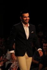 Irfan Pathan walks the ramp for Killer and Easies Show at Lakme Fashion Week 2015 Day 2 on 19th March 2015 (20)_550c05d8778e4.JPG
