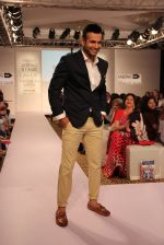 Irfan Pathan walks the ramp for Killer and Easies Show at Lakme Fashion Week 2015 Day 2 on 19th March 2015 (23)_550c05e240577.JPG
