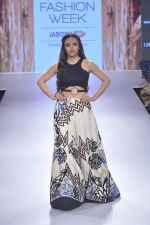 Soha Ali Khan walk the ramp for Babita M Show at Lakme Fashion Week 2015 Day 3 on 20th March 2015 (8)_550e8d059caf7.JPG