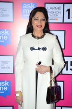 Simi Garewal at Anamika Khanna Grand Finale Show at Lakme Fashion Week 2015 Day 5 on 22nd March 2015(248)_550fe64f25c8e.JPG