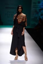 Model walk the ramp for Malini Ramani on day 2 of Amazon India Fashion Week on 26th March 2015 (210)_55152d63bb648.JPG