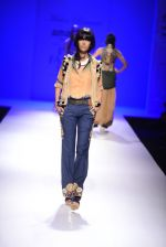 Model walk the ramp for Malini Ramani on day 2 of Amazon India Fashion Week on 26th March 2015 (327)_55152e335e8d3.JPG