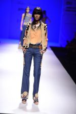 Model walk the ramp for Malini Ramani on day 2 of Amazon India Fashion Week on 26th March 2015 (328)_55152e3537b25.JPG
