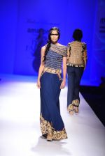 Model walk the ramp for Malini Ramani on day 2 of Amazon India Fashion Week on 26th March 2015 (333)_55152e3c8a0e1.JPG