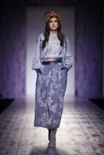 Model walk the ramp for Pallavi Mohan on day 2 of Amazon India Fashion Week on 26th March 2015 (37)_551526ee30349.JPG