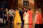 Jaya Bachchan, Anil Kapoor, Farhan Akhtar, Shabana Azmi, Shatrughan Sinha, Sonakshi Sinha at Manish Malhotra presents Mijwan-The Legacy in Grand Hyatt, Mumbai on 4th April 2015 (206)_55212a84ebdc4.JPG