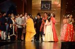 Jaya Bachchan, Anil Kapoor, Farhan Akhtar, Shabana Azmi, Shatrughan Sinha, Sonakshi Sinha at Manish Malhotra presents Mijwan-The Legacy in Grand Hyatt, Mumbai on 4th April 2015 (208)_55212a86b2680.JPG