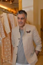 Abu Jani at Abu Sandeep Spring Summer collection launch in kemps Corner, Mumbai on 10th April 2015 (63)_5528ff5453bd4.JPG
